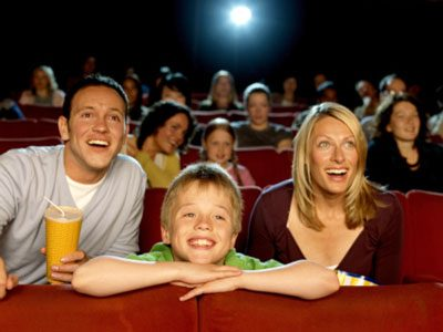 Khi nào thì nên cho con đi xem phim ngoài rạp?