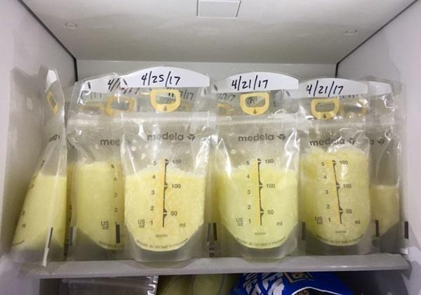 Đựng sữa trong túi trữ sữa chuyên dụng
