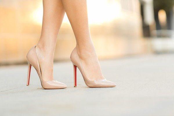 Khi mang thai, mẹ bầu cần bỏ thói quen đi giày cao gót
