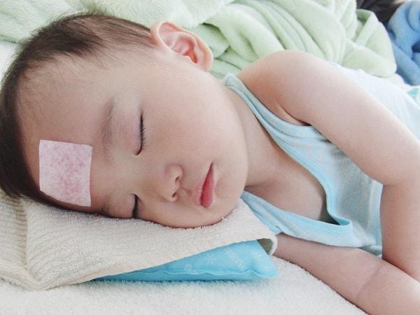 Mẹ cần làm gì khi trẻ có biểu hiện của bệnh sốt xuất huyết?