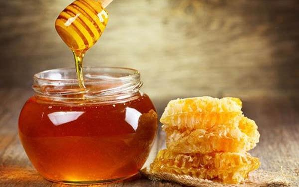 Không nên cho bé dưới 12 tháng tuổi ăn mật ong