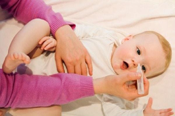 Khi trẻ bị ho cần vệ sinh mũi bằng nước muối sinh lý