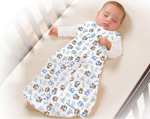 Trẻ mặc quần áo quá dày sẽ dễ thấm ngược mồ hôi vào trong cơ thể