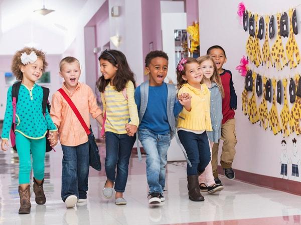 Dạy trẻ hòa đồng cùng bạn bè giúp trẻ dễ dàng hơn trong việc giao tiếp