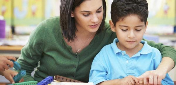 Kiên nhẫn giảng giải cho bé những lỗi sai và khuyến khích bé cố gắng