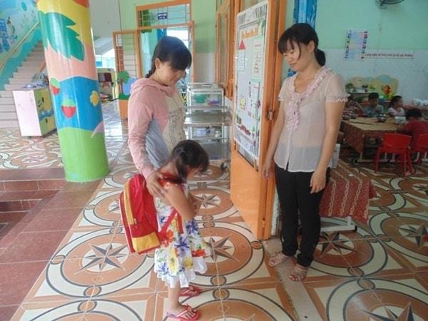 Dạy bé lễ phép với cô giáo