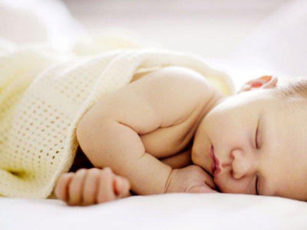 Vì sao trẻ sơ sinh thường hay ngủ li bì và cách xử trí?