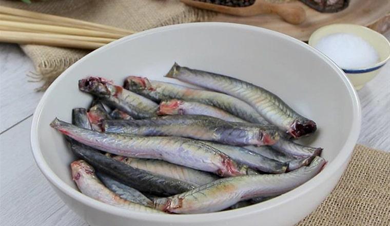 Cách sơ chế cá kèo với muối và giấm