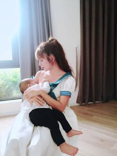 Học cách nuôi con bằng sữa mẹ của Minh Hà