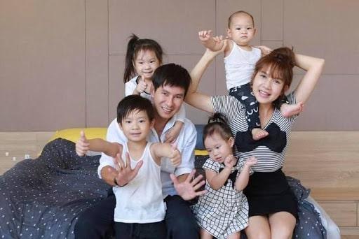Lý Hải – Mình Hà với 4 đứa bé đáng yêu là Rio, Mio, Chery và Sunny.
