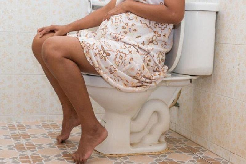 Ngồi đúng tư thế sẽ giúp bà bầu dễ chịu khi đi vệ sinh