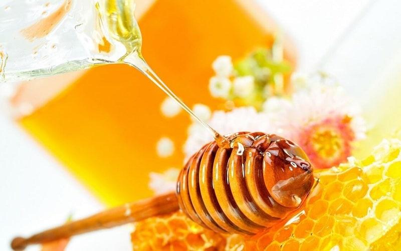 Mẹ không nên cho bé ăn mật ong