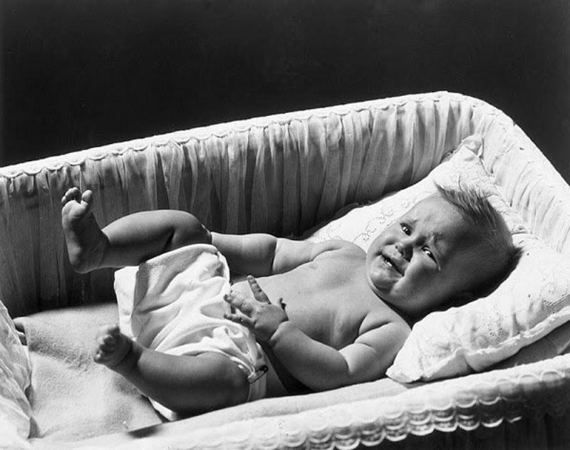 Có nhiều nguyên nhân có thể dẫn đến tình trạng vặn mình, ọc sữa, đỏ mặt ở trẻ nhỏ