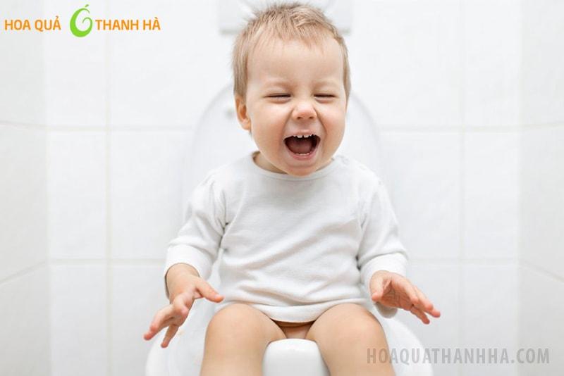 Trẻ bị táo bón sẽ gặp khó khăn khi đi vệ sinh